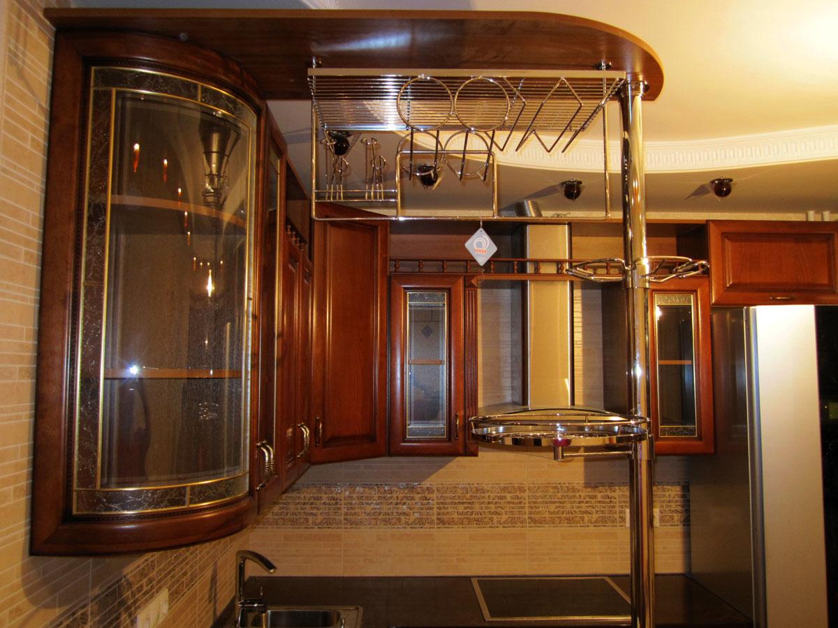 Кухня с баром с пленочными фасадами и патиной